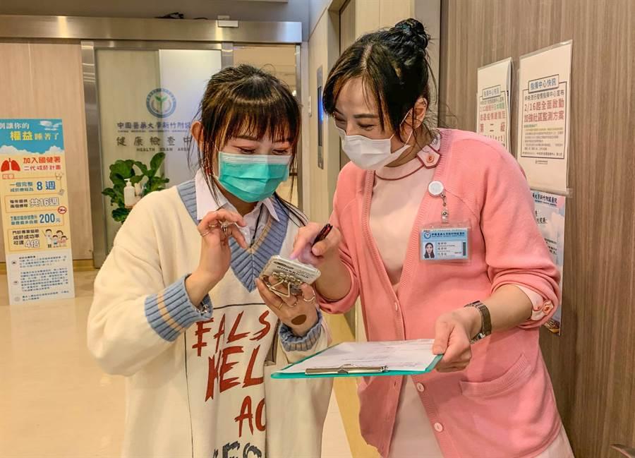 中醫大新竹附設醫院將TOCC電子化,讓民眾透過手機從官方網站進入填寫TOCC表單。(羅浚濱攝)