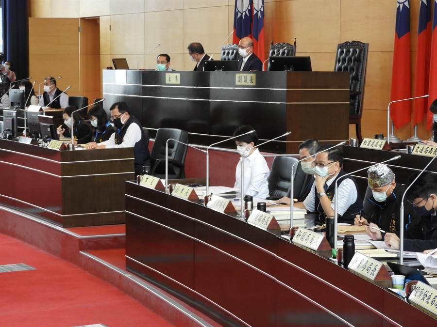 台中市議會臨時會今日開議,議事堂上市府官員、市議員及助理等,全部都須戴口罩,防疫大作戰!(陳世宗攝)
