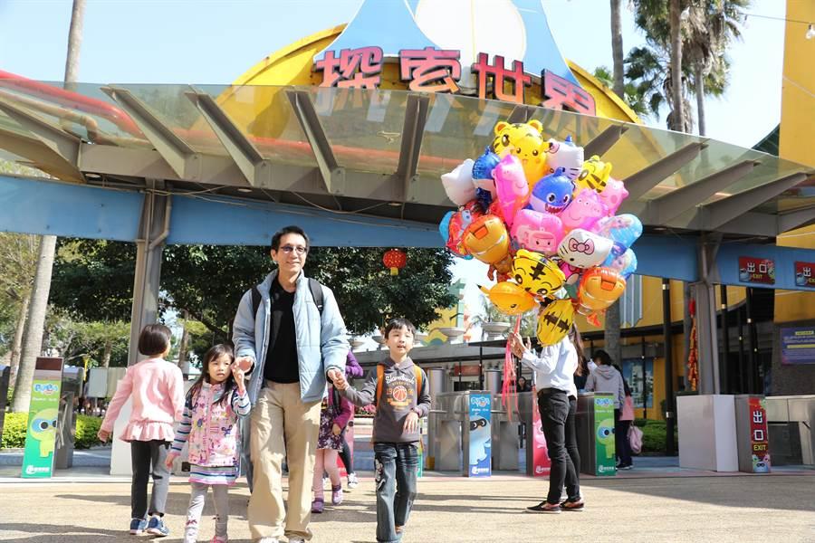 新冠肺炎疫情衝擊,麗寶樂園宣布4月30日前購買現場各票種全日票,就送遊客免費再玩1次。(麗寶樂園提供/王文吉台中傳真)