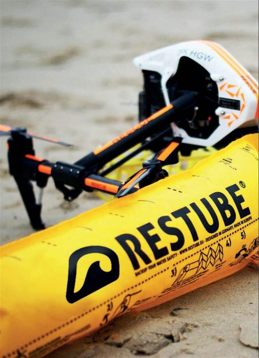 台中市消防局今年增添水域救援新利器,「無人機搭載救生氣袋」,利用自動充氣型的救生氣袋,搭配無人機,空投救生氣袋給溺水者,進行水域救援。(台中市消防局提供/張妍溱台中傳真)