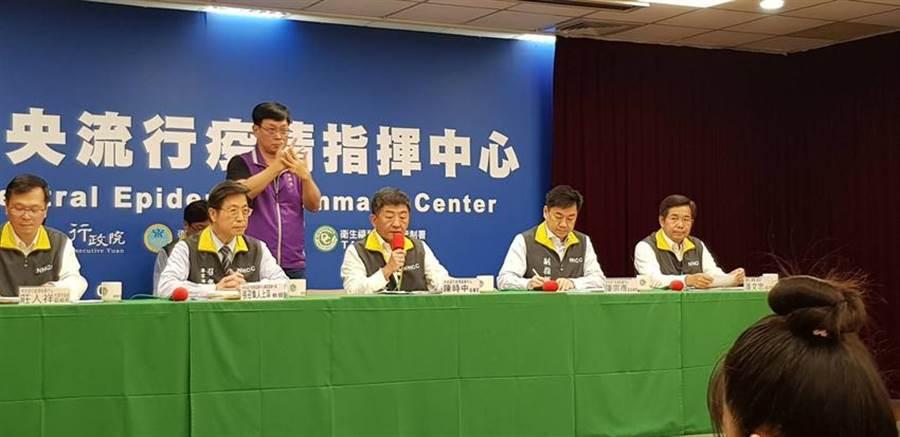 中央流行疫情指揮中心19日舉行記者會說明疫情。(郭建志攝)
