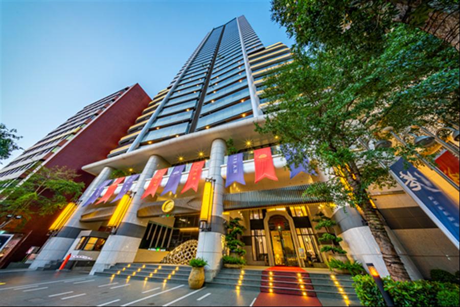 位在中華路上的中央花園,37層樓高展現氣派豪華的氣勢 / 圖片由巴巴事業提供