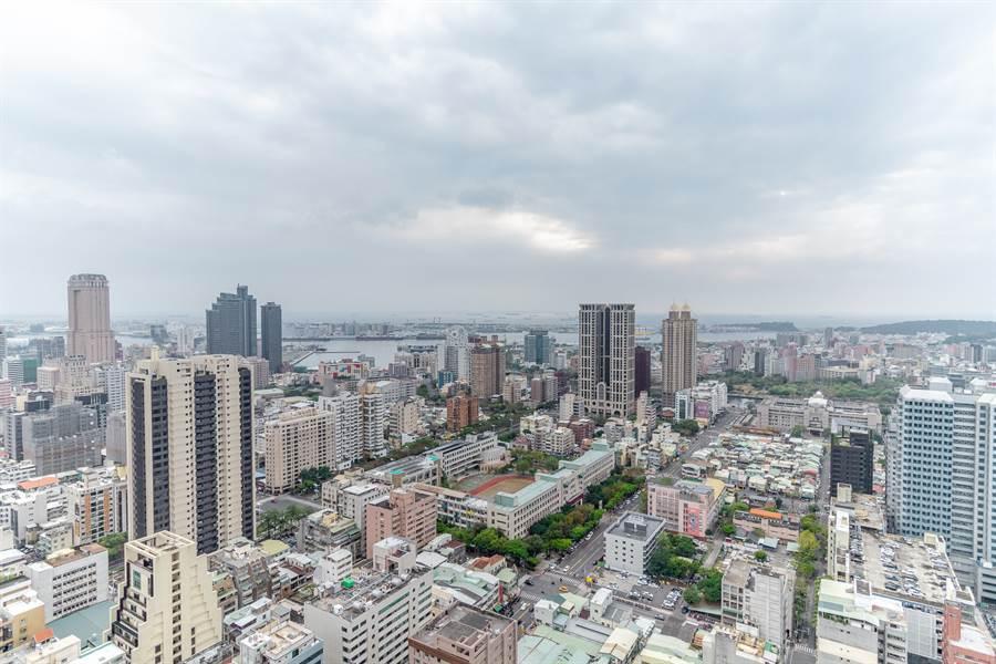中央花園38樓往外遠眺,高雄市景一覽無遺 / 圖片為本報攝