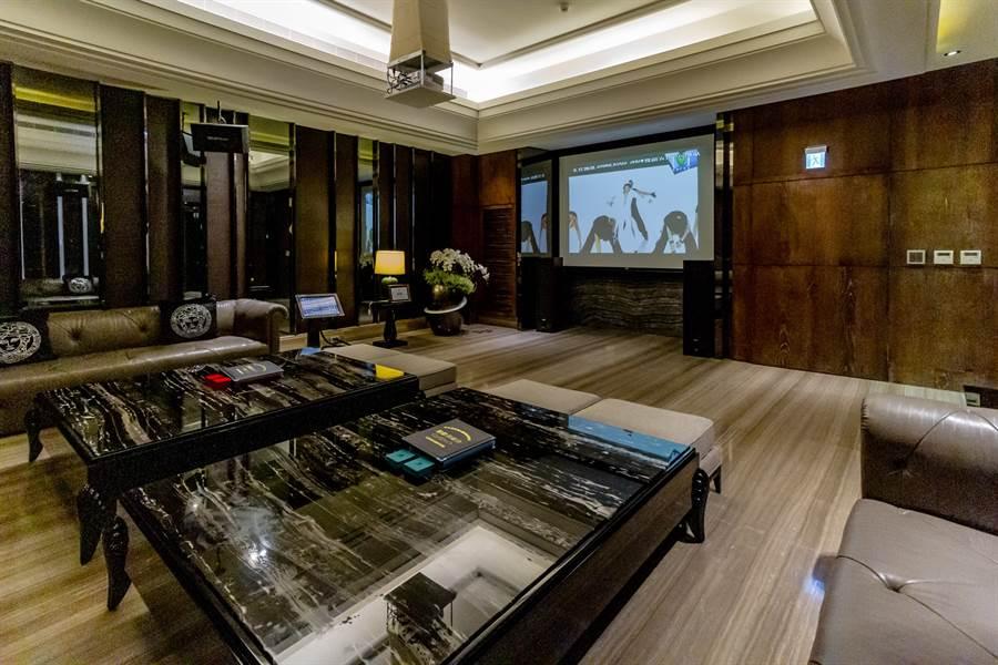 2樓風雲宴會餐廳用餐完後,到隔壁KTV室高歌一曲是必備的選項/圖片為本報攝