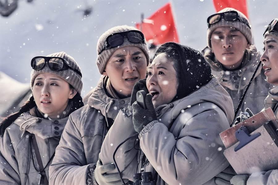 章子怡(左三)飾演氣象專家徐纓。(前景娛樂提供)