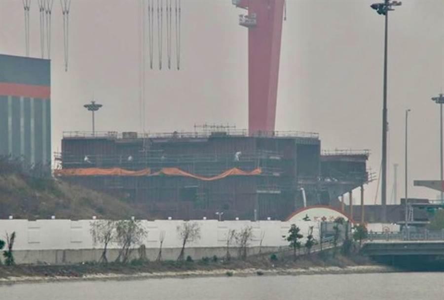 上海江南造船廠出現的巨型分段,盛傳與解放軍第二艘自製航母003艦有關。(鼎盛軍事)