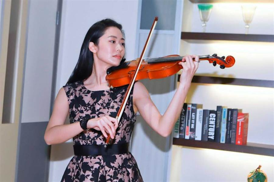 張郁婕私下主修鋼琴跟小提琴,將技能帶入戲中。(圖/民視提供)