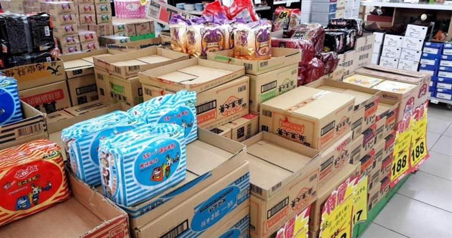 宜蘭市喜互惠超市慈安店泡麵區也出現大量搶購,許多商品已經搶光。(圖/胡華勝)
