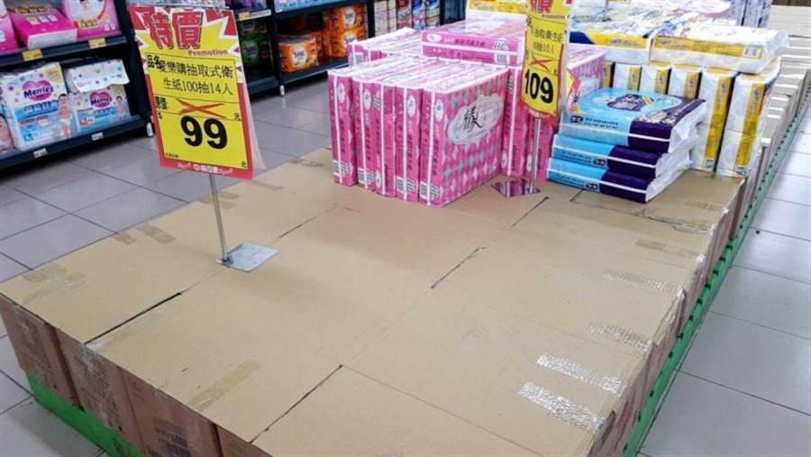 宜蘭市喜互惠超市慈安店衛生紙架被清空一大半。(圖/胡華勝)
