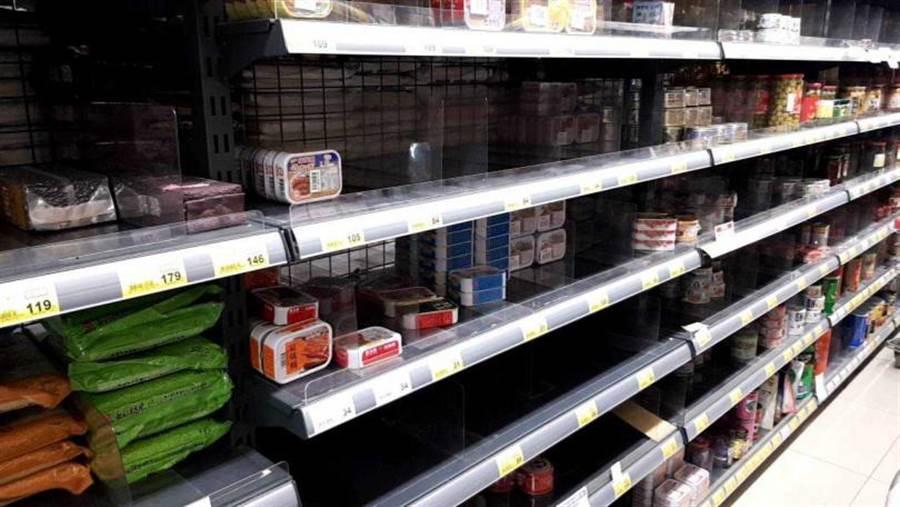 宜蘭市全聯校舍店罐頭區大半罐頭也被搶購一空。(圖/胡華勝)