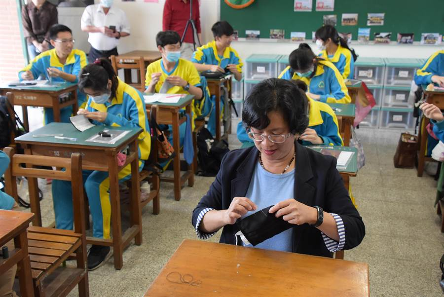 由於口罩用量驚人,王惠美也指示縣內高中以下學生,將口罩製作納入課程,來減少外科口罩用量。(吳建輝攝)