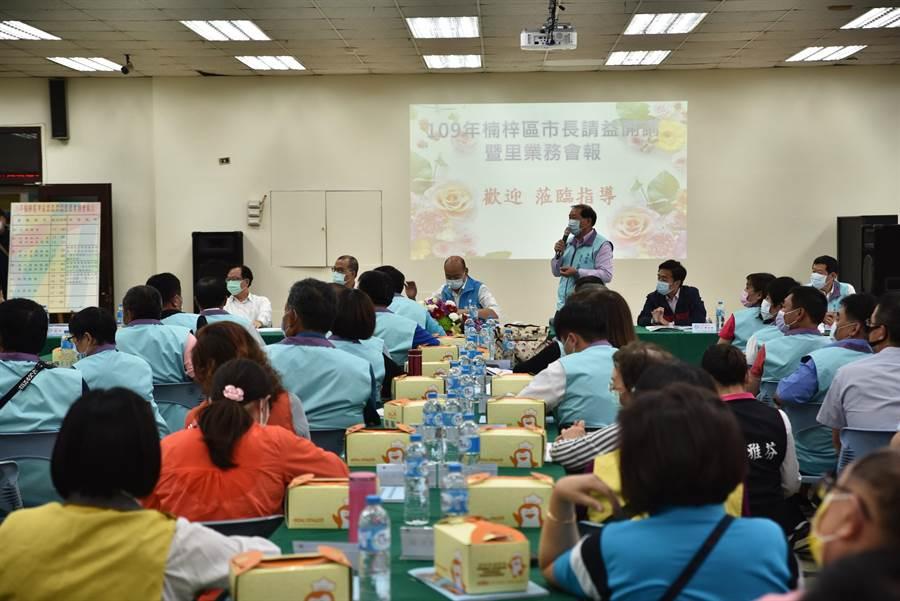 高雄市長韓國瑜19日下午出席楠梓區里業務會報,他請里長們踴躍發言。(林瑞益攝)