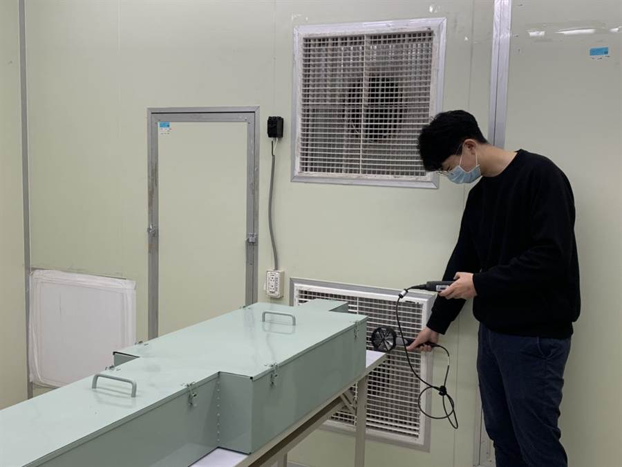 勤益科大冷凍空調與能源系學生以儀器檢測負壓病房內的溼度、溫度等情況。(林欣儀攝)