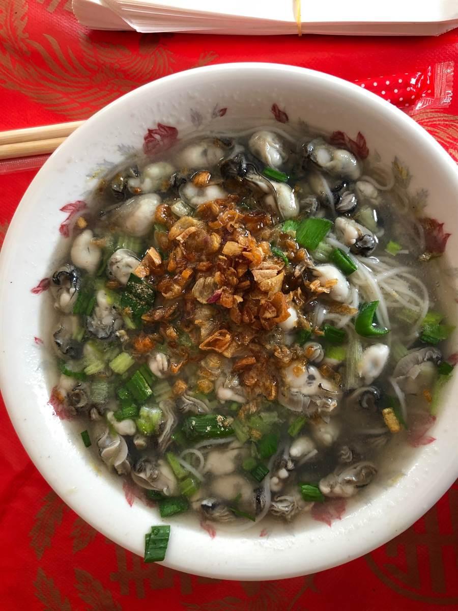 「蚵仔麵線」是金門的地方傳統美食之一。(李金生攝)