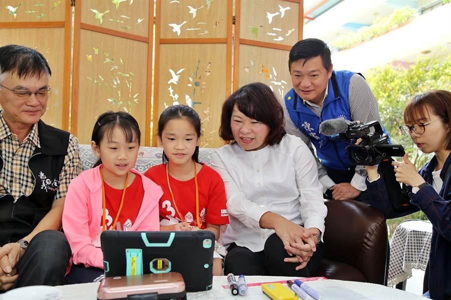 嘉義市長黃敏惠(右三)與興安國小小朋友一起試用遠距視訊上課。(廖素慧攝)