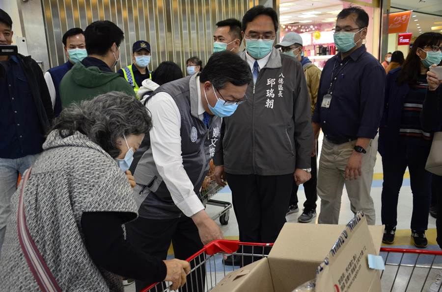 桃園市長鄭文燦(左二)19日到桃園某賣場關心銷售狀況。(賴佑維攝)