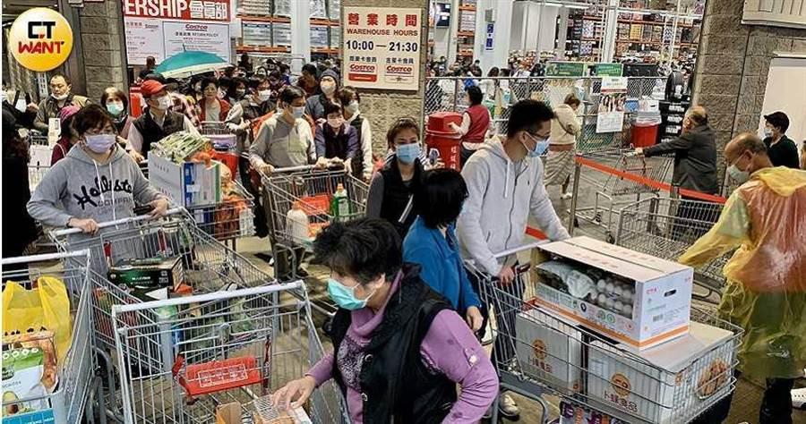 民眾搶購物資的同時,其實也要當心感染病毒,建議不要在人潮眾多時前往賣場。(圖/馬景平攝)
