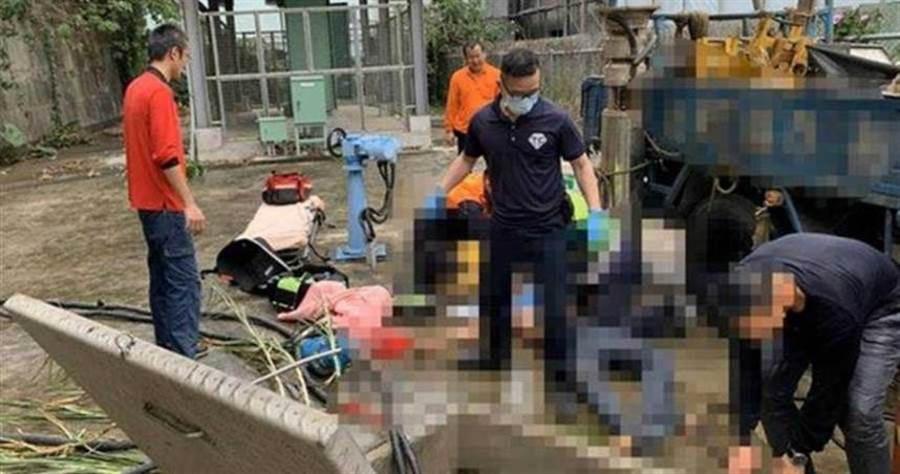 1名工人在進行抽水機維修作業時,不慎遭水柱擊落到下水道內,被救出時已失去生命跡象。(圖/翻攝畫面)