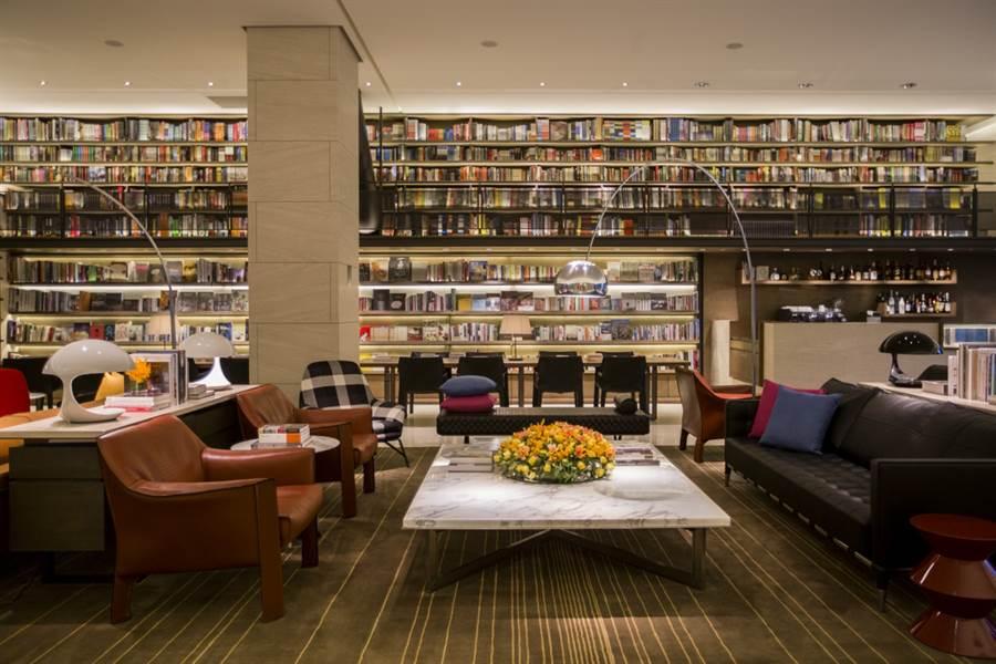 誠品行旅大廳書坊The Lounge五千冊大型書牆。(誠品行旅提供)