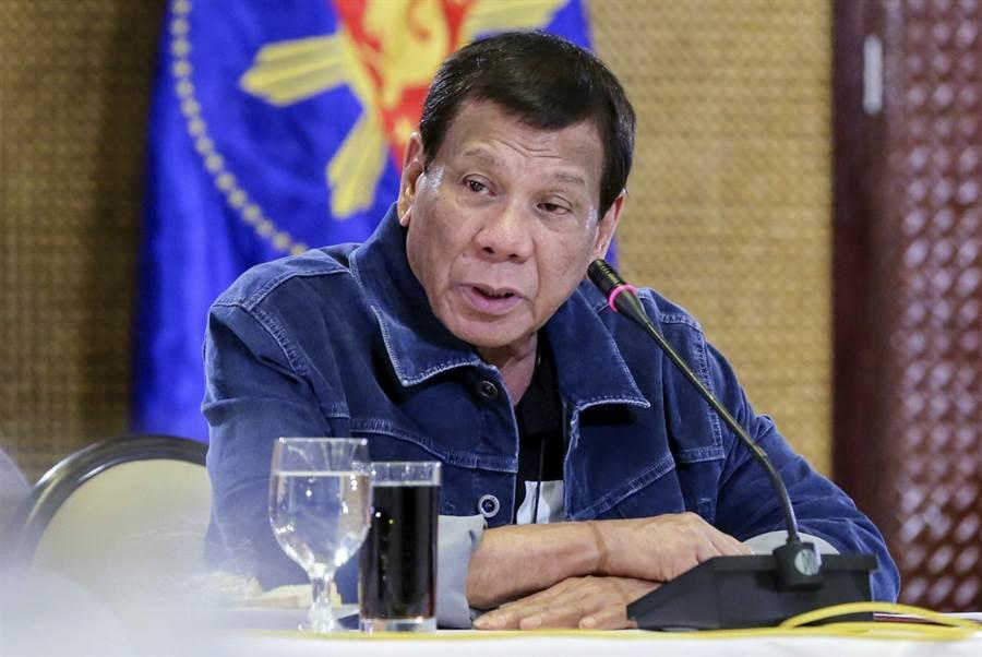 菲律賓衛生部長杜克驚傳需隔離,不過近期與他密集互動的總統杜特蒂將在醫生的監視下持續上班,不會自主隔離。(美聯社)