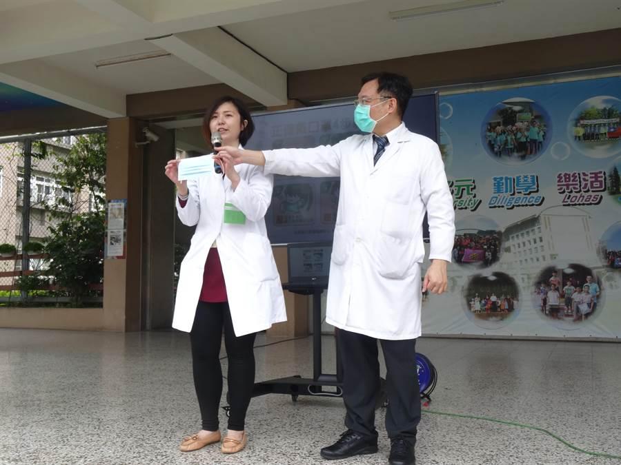 台中榮總感染科主任劉伯瑜帶著護理師到忠明國小,以生動趣味的方式與同學們互動。(馮惠宜攝)