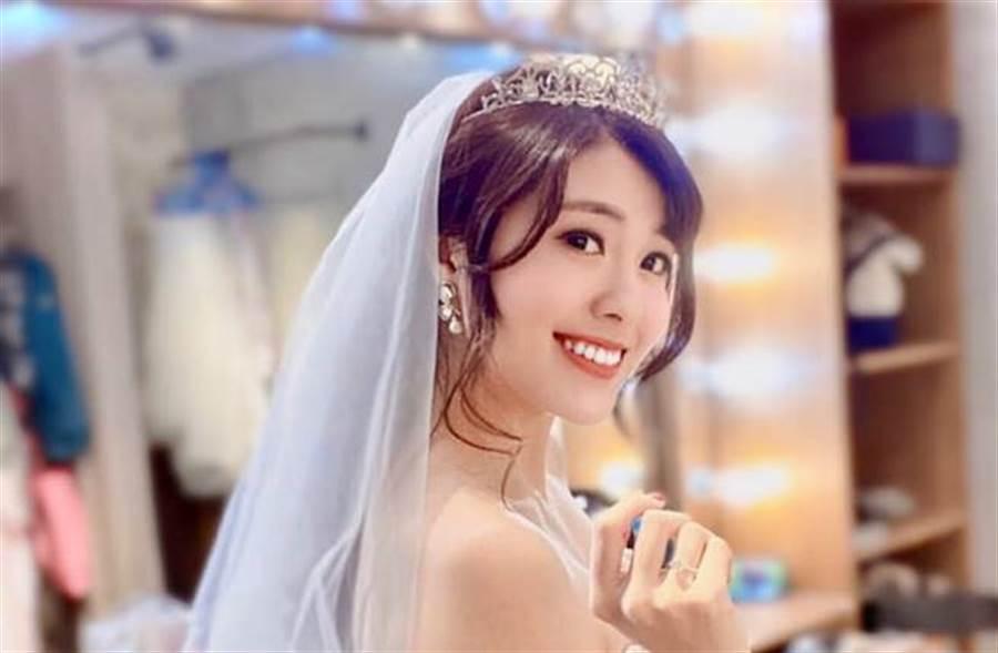 陳柔安突曬婚紗照,不過她也透露,籌備多時的婚禮再次延期。(圖/取材自陳柔安臉書)