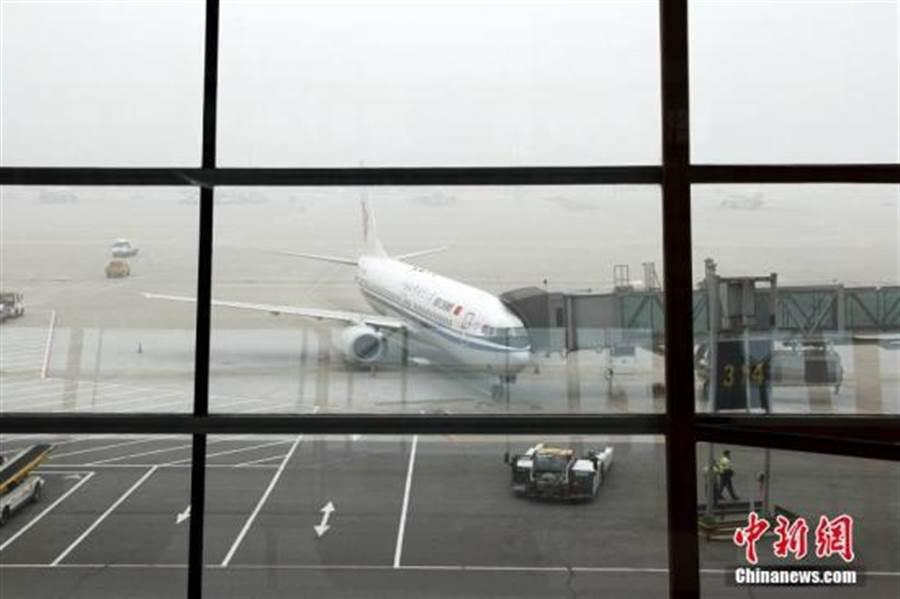 北京首都機場宣布將對航班分流(中新社)