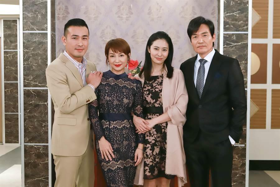 傅子純、李珞晴、張郁婕、霍正奇在《多情城市》飾演一家人。(民視提供)
