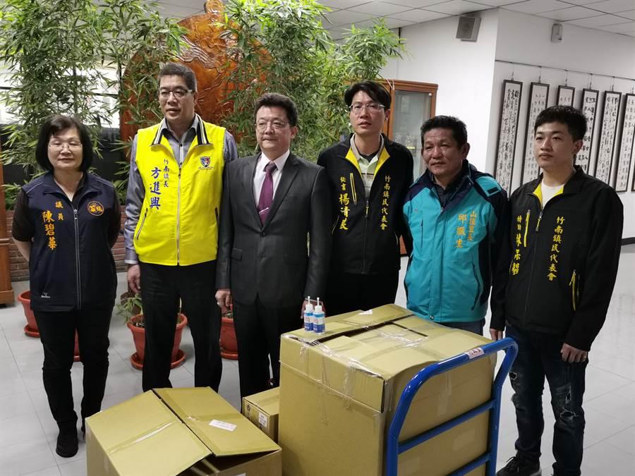 竹南在地企業「鈺林醫療科技公司」捐贈一般口罩等防疫物資給竹南鎮公所。〔謝明俊攝〕