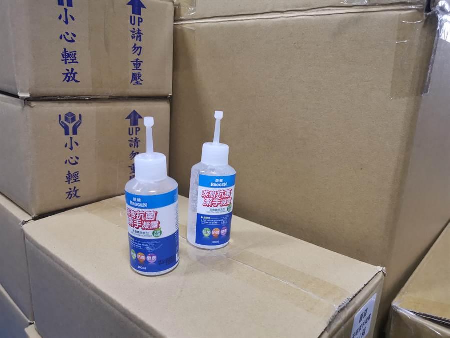 竹南在地企業「鈺林醫療科技公司」捐贈一般口罩等防疫物資給竹南鎮公所,其中包括600瓶洗水液。〔謝明俊攝〕