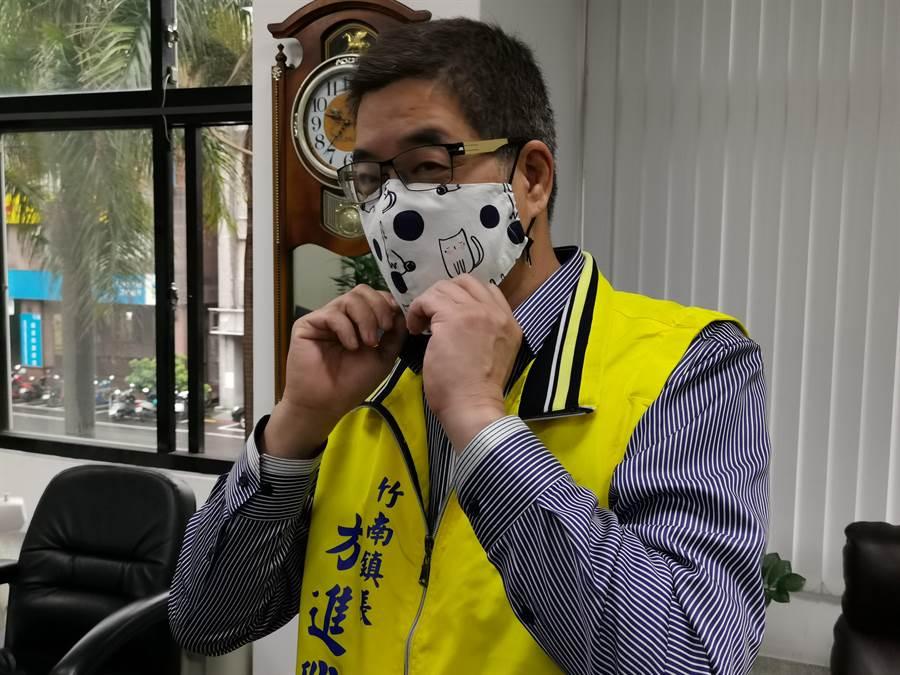 竹南鎮公所清潔隊自製布口罩一批給鎮公所同事,鎮長方進興示範配帶。〔謝明俊攝〕