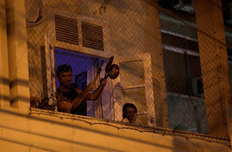 數百萬巴西民眾敲鍋隔窗示威,要求總統下台。(路透)
