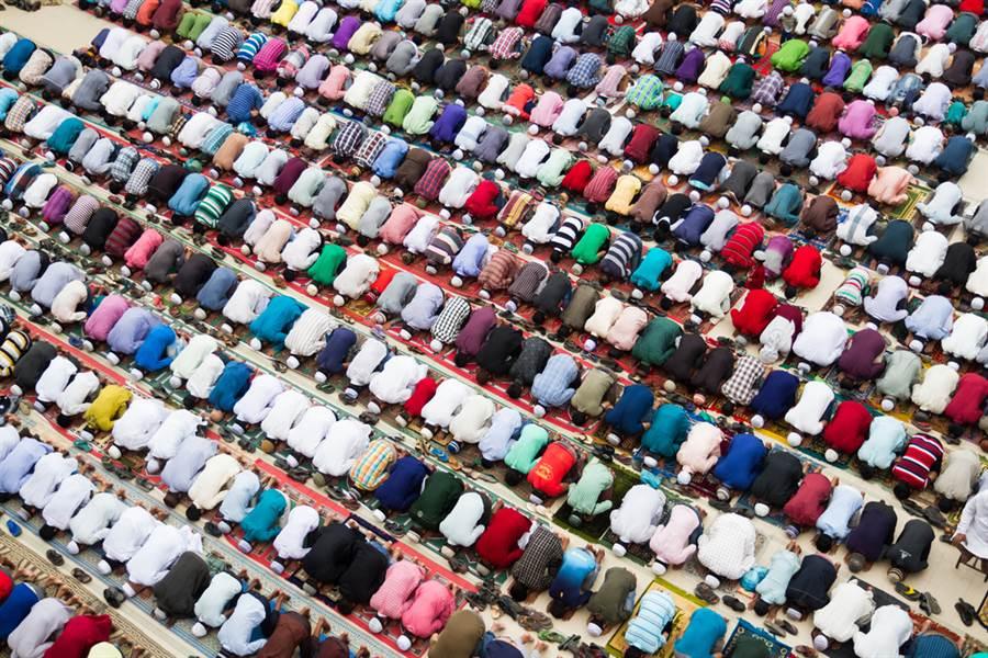 孟加拉為了祈求國家擺脫病毒肆虐,竟有民眾辦了一場將近25000人的大型祈禱會,令不少網民傻眼。(示意圖/達志影像)