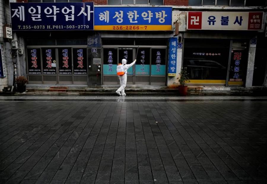 對於不配合防疫措施的外國人,南韓將祭出嚴厲措施。(路透)