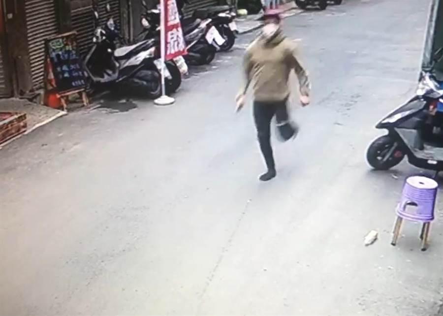 發燒的印尼失聯移工布迪,下午遭警方逮捕。(陳鴻偉翻攝)