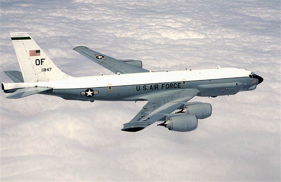 美軍電子偵察機19日進入南海空域航行,這是連續第2日美軍機進入南海執行航行自由。陸媒稱其行為是「秀肌肉」。(圖/美國空軍)
