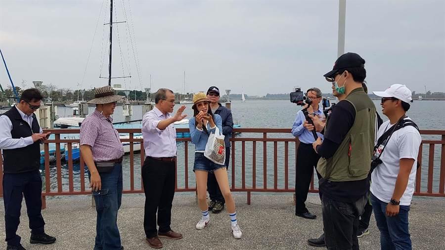 高市推動區域觀光元年,日前副市長葉匡時(左三)日前參訪興達港情人碼頭。(高市觀光局提供/柯宗緯高雄傳真)