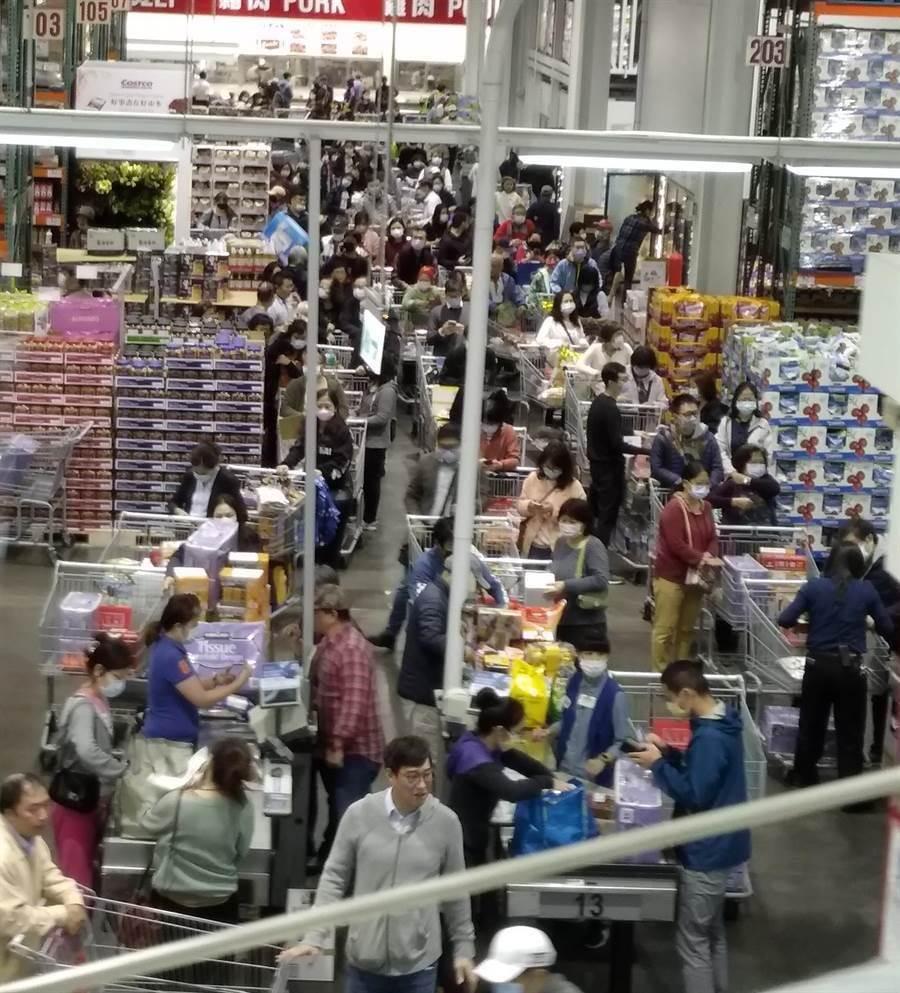 好市多內湖店一下湧入眾多人潮讓結帳櫃台前,排隊人潮已經排到最裡面的生鮮區。(讀者提供)