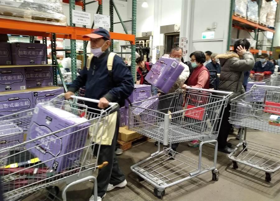 許多民眾19日一早就到好市多內湖店買衛生紙等物資。(讀者提供)