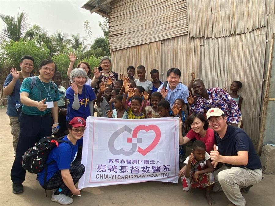 嘉基義診團2月間遠赴西非「多哥」義診傳愛。(嘉基醫院提供/廖素慧嘉義傳真)