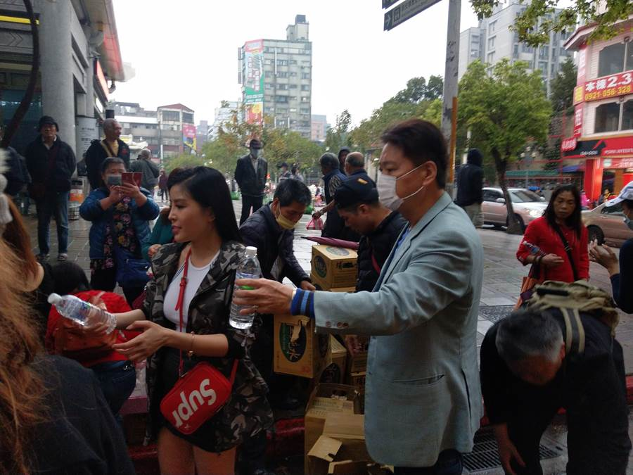 資深藝人劉尚謙(右)在艋舺公園發送愛心便當。(陳鴻偉攝)