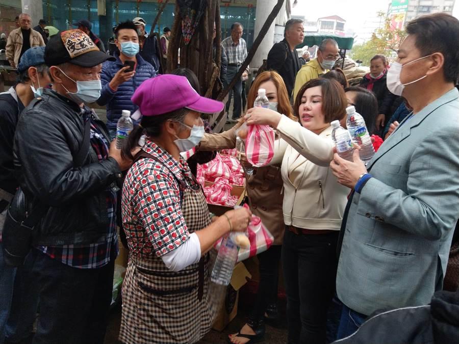 朱品臻(右二)表示希望透過公益活動回饋社會。(陳鴻偉攝)