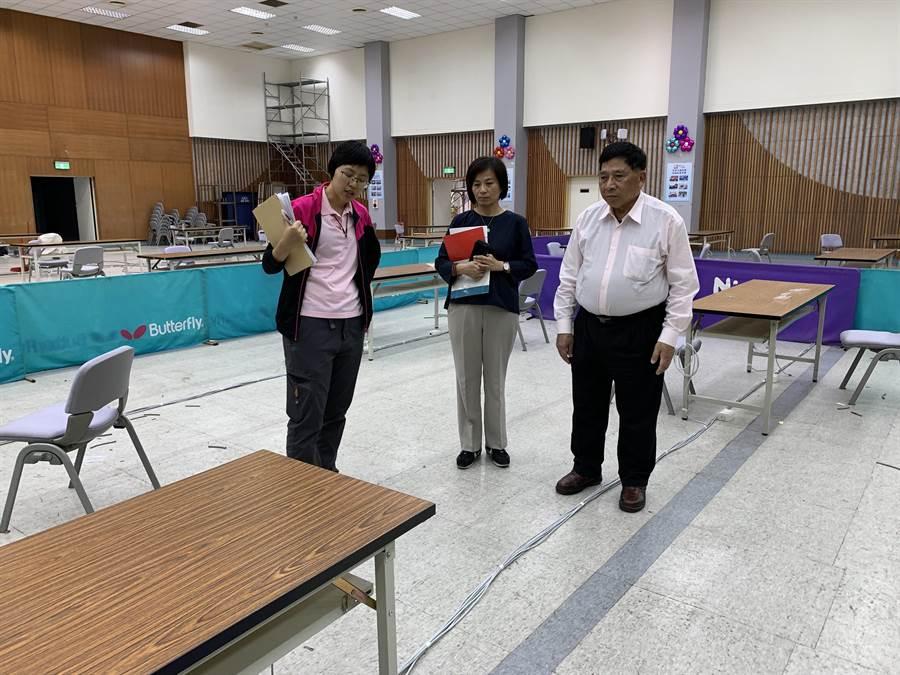 南投縣副縣長陳正昇(右),了解人員分流、異地辦公環境。(廖志晃攝)