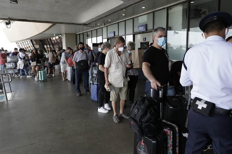 菲律賓宣布,全面禁止所有外國遊客入境,也給予即將離境的外國遊客所有幫助。圖為馬尼拉機場離境區。(美聯社)