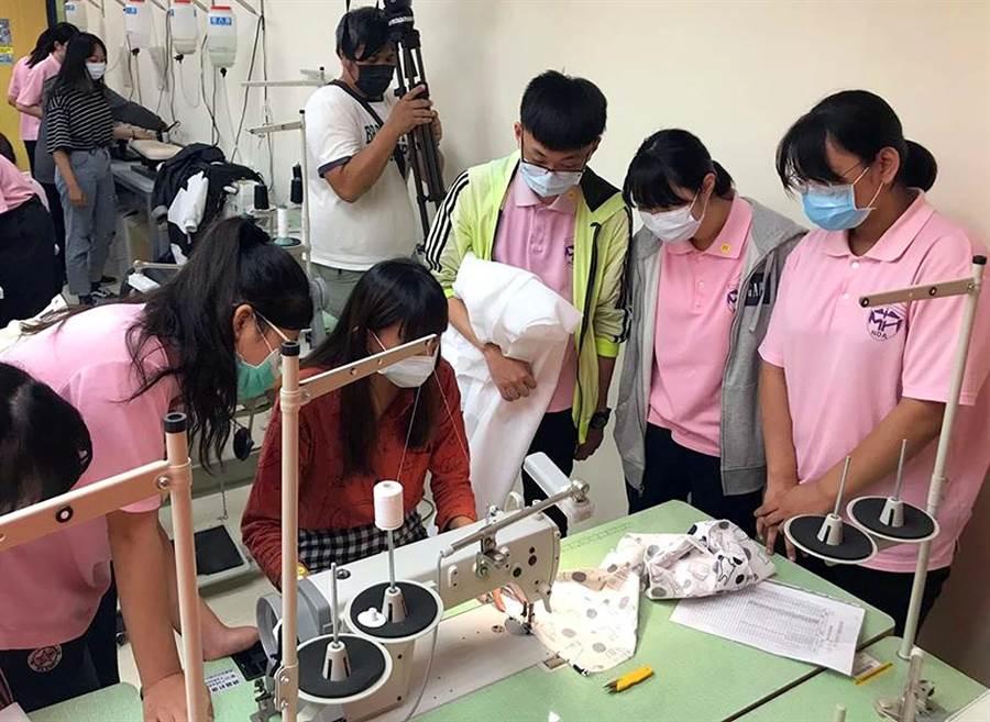 屏東美和科大成立「防疫工作坊」,聘請專家指導學生製作各式防疫用品。(美和科大提供/潘建志屏東傳真)