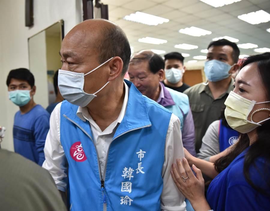 高雄市長韓國瑜19日在參加楠梓區里座談會後,快步離去。(林瑞益攝)