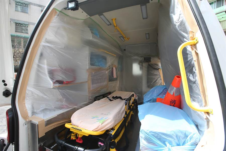 中市消防局第六救災救護大隊南屯分隊,專門用來載送疑似或確診新冠肺炎病患的救護車,內部貼上塑膠膜,以保護設備不被病毒沾附。(黃國峰攝)