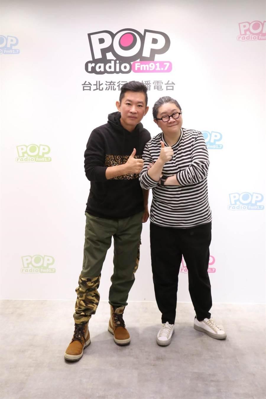 杜國璋(左)到POP Radio接受《幕前幕後偷偷看》主持人toto專訪,勉勵後進要學習職場EQ。(POP Radio提供)