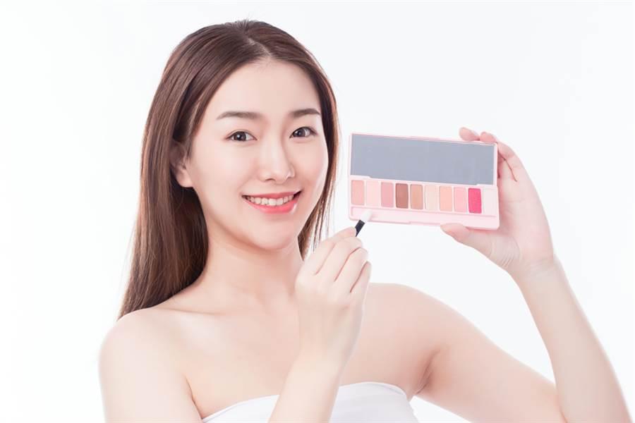 亞洲人眼型想要藉由眼妝讓雙眼更深邃,可參考專業彩妝師分享的三項秘訣。(示意圖/shutterstock提供)