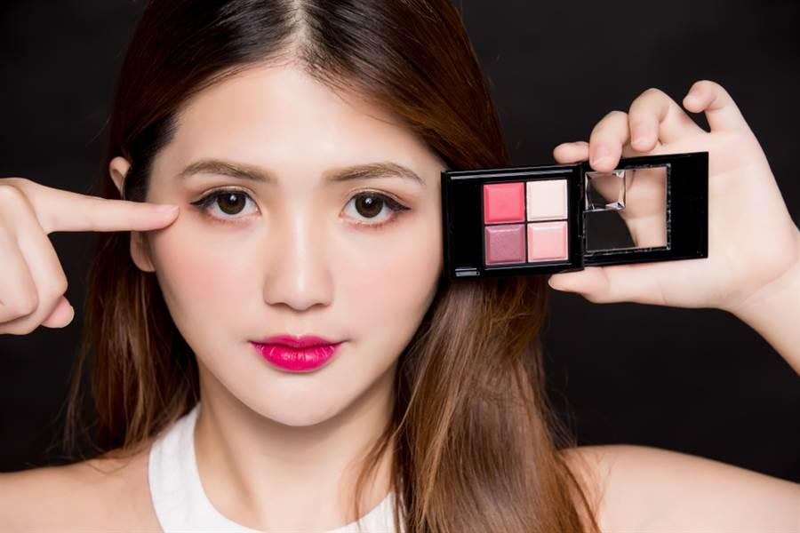 春天許多人會想要畫粉色系眼妝又怕顯髒,彩妝師建議可用相近色系的淺色打底再畫上粉色眼妝就能讓漸層和暈染更柔和。(示意圖/shutterstock提供)